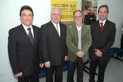 Da esquerda para a direita: Orlando Merluzzi, diretor Dealer Network & Business Development S&CA; Antonio Dadalti, vice-presidente da Iveco;  Barjas Negri, prefeito de Piracicaba; e Hélio Cangueiro, diretor titular da Mercalf